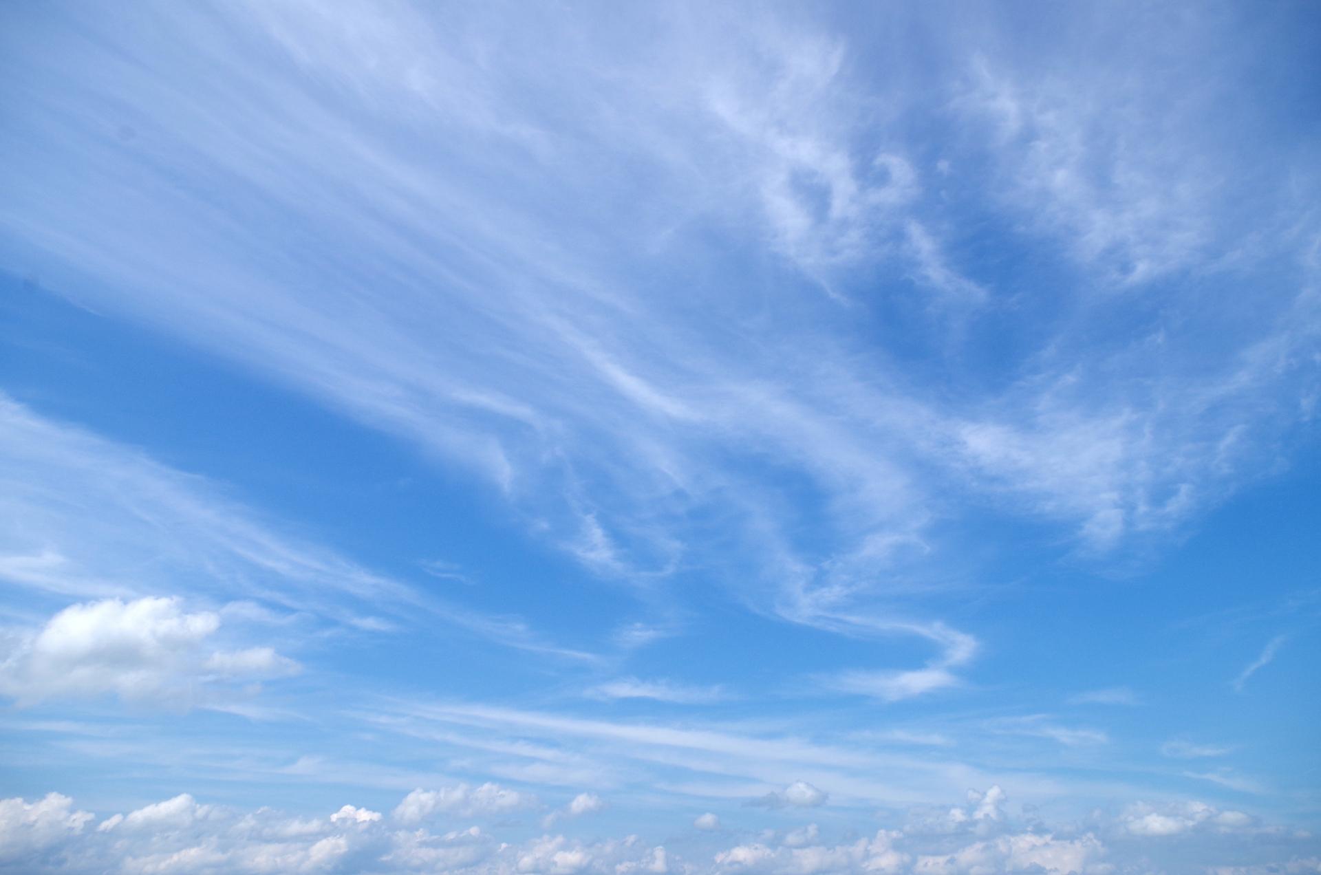 なぜ、すじ雲は、規則的に並んで...