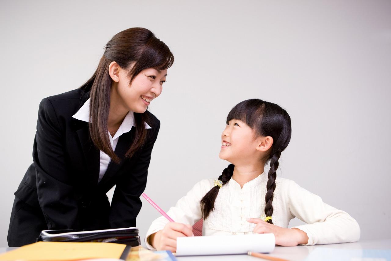 個別指導を受ける小学生