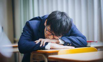 授業中に寝る高校生