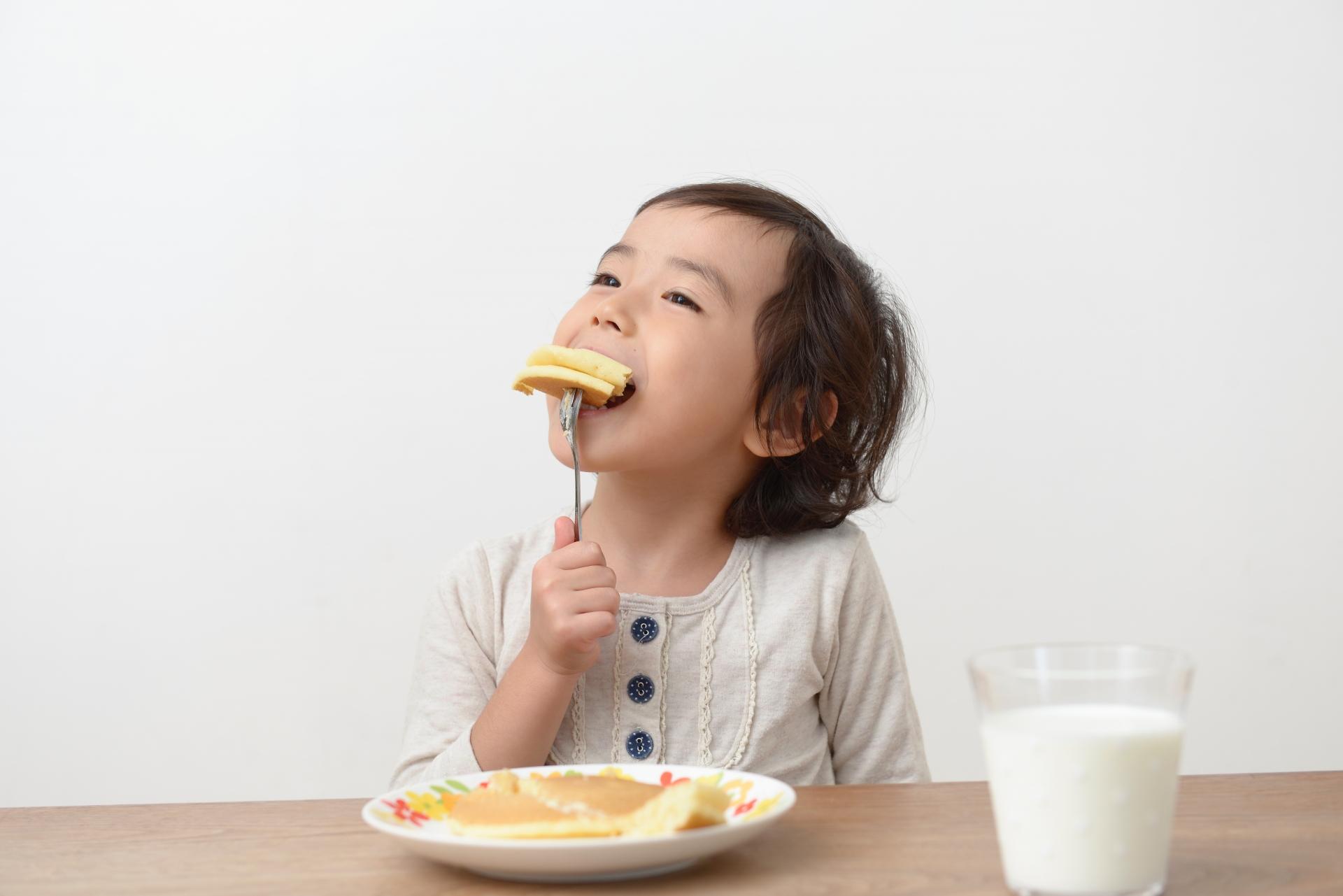 ホットケーキを食べる子供