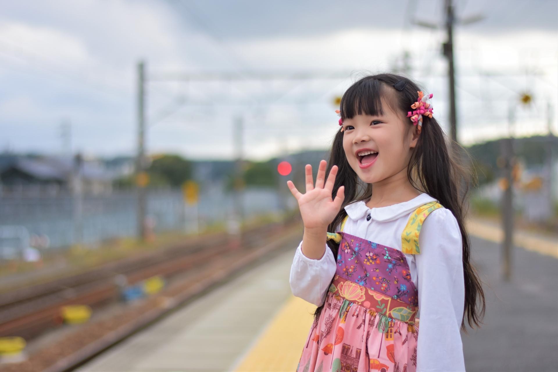 駅で手をふる女の子