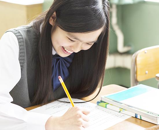 授業中の中学生