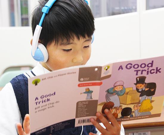 英語を勉強する小学生