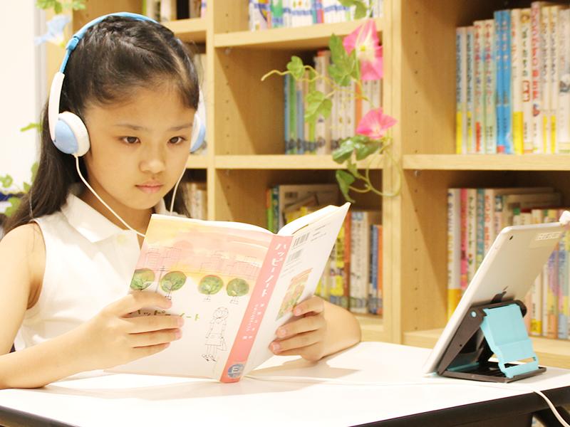 速聴読をする女の子